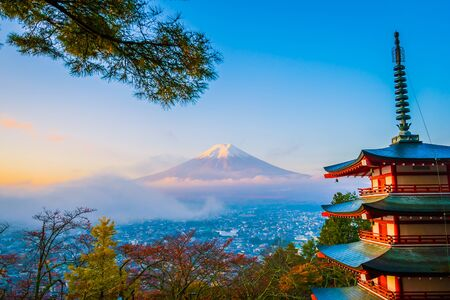 Beautiful landscape of mountain fuji with chureito pagoda around maple leaf tree in autumn season at Yamanashi Japan Banque d'images - 128375443