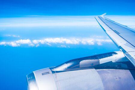 Vista aérea del ala del avión con cielo azul y nubes blancas Foto de archivo