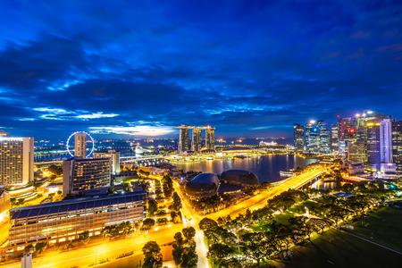 Beautiful architecture building exterior of singapore city skyline at twilight and night time Редакционное