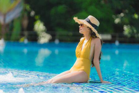 Portret piękna młoda azjatycka kobieta wypoczynek relaks uśmiech i szczęśliwy wokół basenu w kurorcie hotelowym na wakacje wakacje holiday