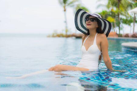 Retrato hermosa joven mujer asiática sonrisa feliz relajarse alrededor de la piscina en el hotel resort para vacaciones