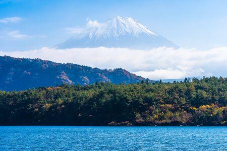 Beautiful landscape of mountain fuji with maple leaf tree around lake in autumn season Japan Reklamní fotografie - 129263181