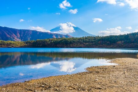 Beautiful landscape of mountain fuji with maple leaf tree around lake in Yamanashi Japan Reklamní fotografie - 129263183
