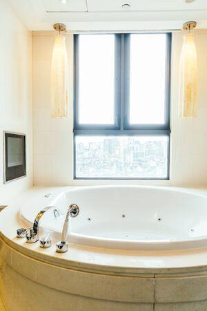 Interior de la decoración de la bañera blanca de lujo hermoso del cuarto de baño