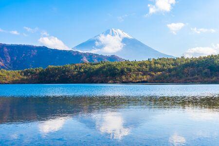Beautiful landscape of mountain fuji with maple leaf tree around lake in Yamanashi Japan Foto de archivo - 129838616