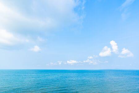 Hermoso paisaje de mar océano con nubes blancas y cielo azul con espacio de copia para viajes de placer y vacaciones