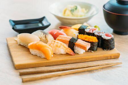 Crevettes de coquille de thon saumon et autre maki de sushi de viande sur le plateau en bois avec la sauce et la soupe - style de cuisine japonaise