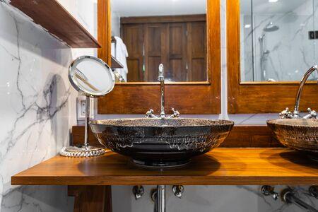 Hermosa decoración interior de fregadero y grifo de agua o grifo en el baño para lavar