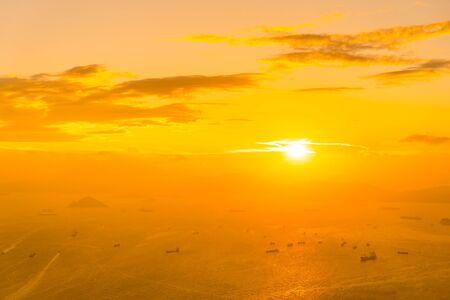 Bellissimo tramonto colorato nell'orizzonte della città di hong kong con la baia dell'oceano e del mare