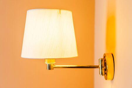 Lámpara de luz hermosa y bombilla en el interior de la decoración de la pared de la habitación Foto de archivo