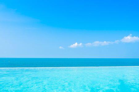 레저 여행 및 휴가를 위한 구름 푸른 하늘 배경에 야외 수영장이 있는 바다의 아름다운 풍경