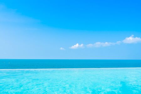 Prachtig landschap van zee oceaan met buitenzwembad op witte wolk blauwe hemelachtergrond voor vrije tijd reizen en vakantie