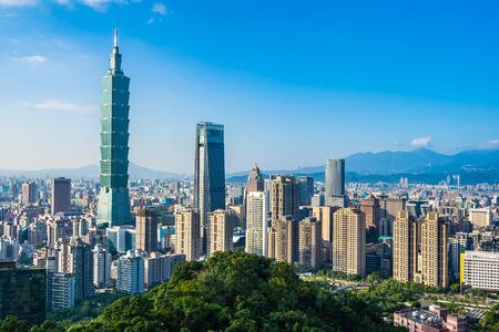 Schöne Landschaft und Stadtbild von Taipei 101 Gebäude und Architektur in der Skyline der Stadt mit blauem Himmel und weißer Wolke in Taiwan cloud