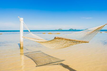 Beautiful empty hammock around tropical beach sea ocean for holiday vacation concept Фото со стока - 131349729
