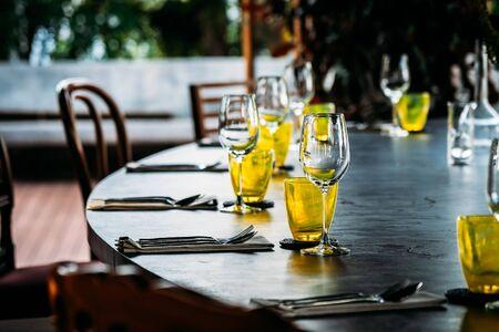 Verre à vin avec ensemble de salle à manger préparer pour le petit-déjeuner, le déjeuner ou le dîner sur une table au restaurant et au café