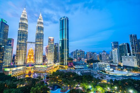 Prachtige architectuur die 's nachts buiten de stad bouwt in de skyline van Kuala Lumpur?