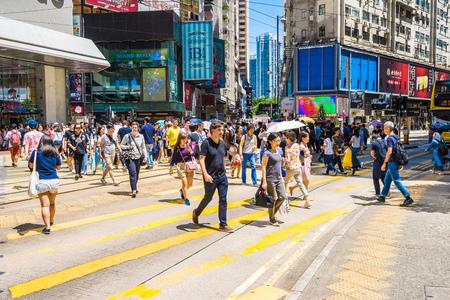 Hongkong, China - 15. September 2018: Schöne Architektur und Gebäude mit vielen Menschen und Verkehr in Hongkong um Dammbucht