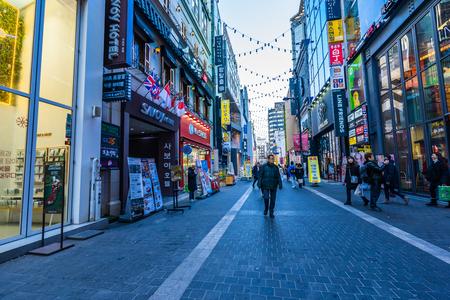 Seul, Korea Południowa 10 grudnia 2018: Targ Myeong dong jest popularnym miejscem i dzielnicą zakupów, znajdź coś do jedzenia i zwiedzania