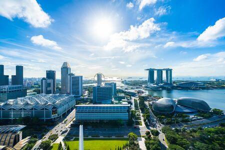 Schöne Architektur, die äußeres Stadtbild in Singapur-Stadtskyline mit weißer Wolke auf blauem Himmel errichtet