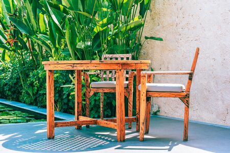 Wood table and chair decoration outdoor patio with garden view Stockfoto