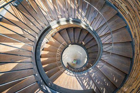 Decorazione della scala in legno a forma di curva a spirale esterna della casa Archivio Fotografico