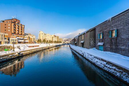 Beau paysage et paysage urbain de la rivière du canal d'Otaru en hiver et saison des neiges à Hokkaido au Japon