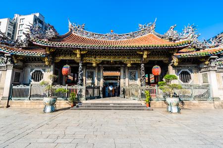 Hermosa arquitectura que construye un lugar popular en la ciudad de Taipei es el templo Longshan Taiwán