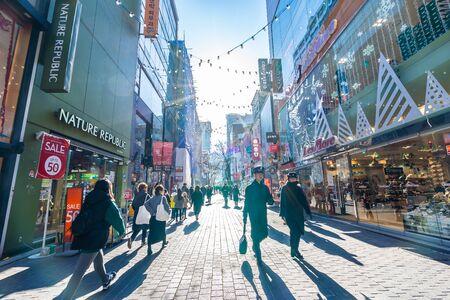 Séoul, Corée du Sud 10 décembre 2018 : Le marché de Myeong dong est l'endroit et le quartier populaires pour faire du shopping, trouver quelque chose à manger et à visiter