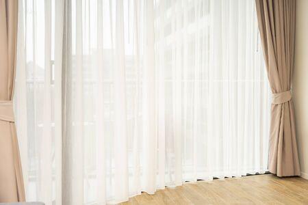 Piękne wnętrza dekoracji okien i zasłon w pokoju