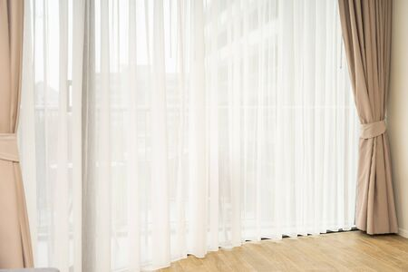 Schöner Fenster- und Vorhangdekorationsinnenraum des Raumes