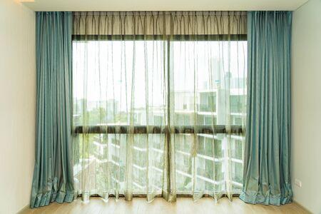 Mooie raam- en gordijndecoratie interieur van de kamer Stockfoto