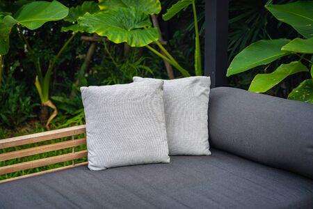 Oreiller confortable sur l'intérieur de décoration de chaise de sofa Banque d'images