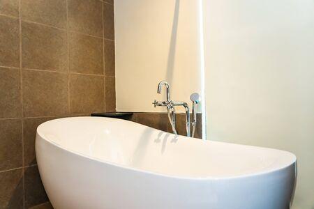 Piękna luksusowa biała dekoracja wanny wnętrze toalety Zdjęcie Seryjne