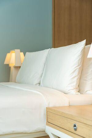 Kissen und Decke auf dem Bett mit Lichtlampendekoration des Schlafzimmers of