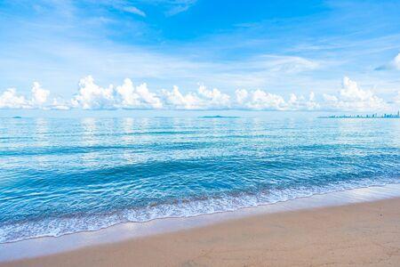 Hermosa playa tropical mar océano con cielo azul de nubes blancas y copyspace para viajes de placer en concepto de vacaciones de vacaciones Foto de archivo