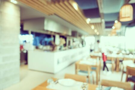 Café-restaurant flou abstrait et salle intérieure du restaurant pour le fond