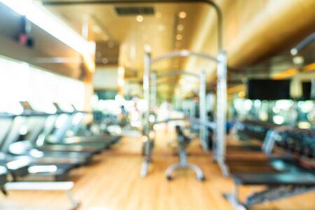 Equipo de fitness de desenfoque abstracto en la sala interior del gimnasio para el fondo
