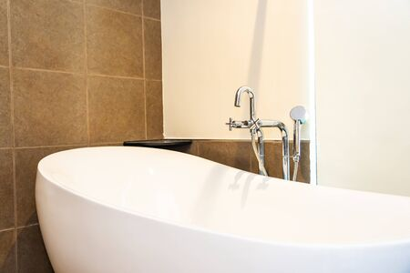 Bello interno bianco di lusso della decorazione della vasca da bagno della stanza della toilette