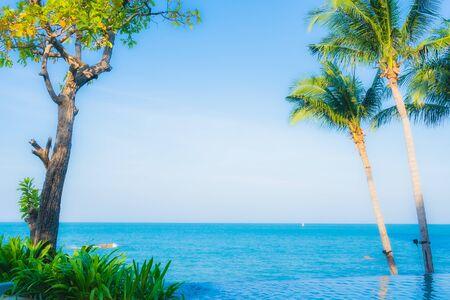 Hermoso paisaje de piscina al aire libre en el hotel resort para viajes de vacaciones en vacaciones