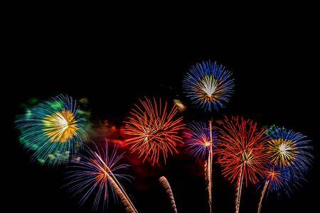 Bellissimo spettacolo pirotecnico colorato di notte per festeggiare l'anniversario Archivio Fotografico