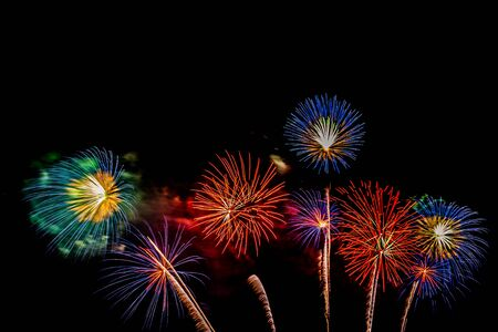 Hermoso colorido espectáculo de fuegos artificiales en la noche para celebrar en aniversario Foto de archivo