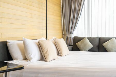 White comfortable pillow on bed decoration interior of bed room in hotel resort Banque d'images