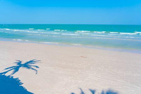 Schöne tropische Natur des Strandmeerozeans mit blauem Himmel für Reiseferien