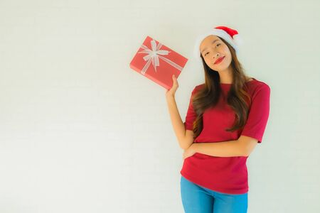 Portrait beautiful young asian women wear santa hat in christmas festival with gift box for celebration Banque d'images
