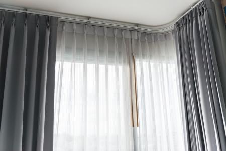 cortinas: Blancas finas cortinas de luz suave