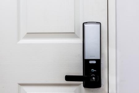 teclado numérico: Puertas con cerradura electrónica en la puerta de madera blanca