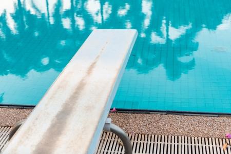 springplank: Een Springplank te duiken bij zwembad Stockfoto