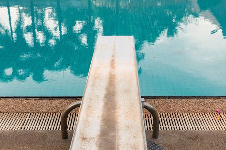 springboard: Un trampol�n para zambullirse en la piscina