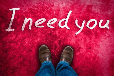 te amo: concepto de amor con los zapatos de cuero de Brown y dibujados a mano texto te necesito rosa roja grunge fondo Foto de archivo