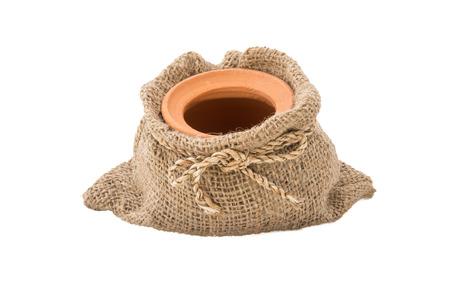 olla barro: Olla de barro en bolsas de arpillera aisladas sobre fondo blanco
